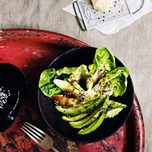 Dejlig blød og sprød salat med asiatiske smage. Salaten er udviklet af Louisa Lorang og kan fx udbygges med kylling. Foto af Line Falck.