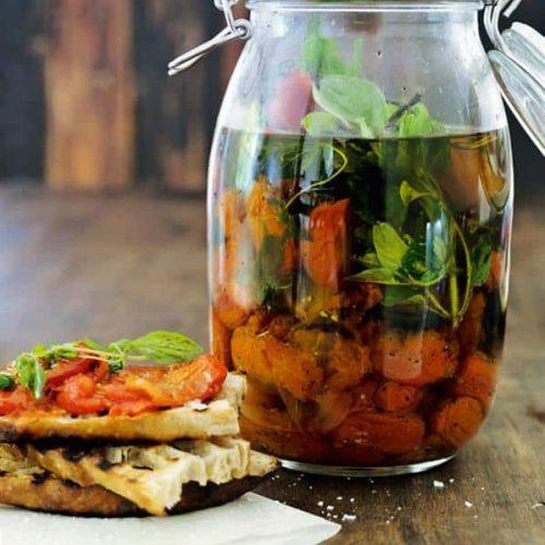 Brug disse tomater i tomatsauce, som tilbehør til bøffen eller som snack på et stykke grillet brød. Opskrift af kokken Mette Helbæk og foto af Peter Kam.