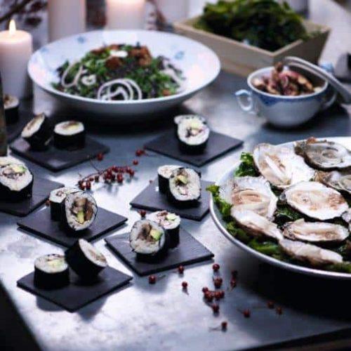 Skønne østers, der serveres helt enkelt med peberrod og tamari. Opskriften er udviklet af kokken Thomas Hess fra Aarstiderne.