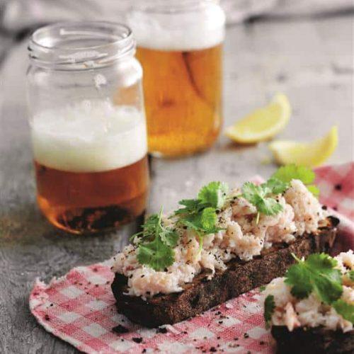 Ristet toasbrød med blød krabbe på toppen. Server gerne med en iskold øl. Opskrift af kokken Anton Eff og foto af Kam.