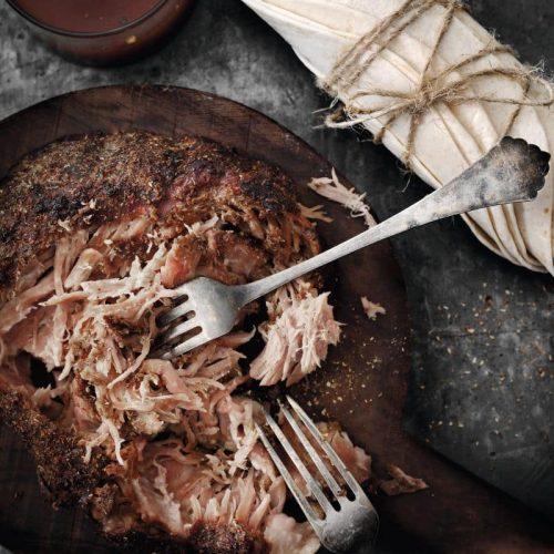 Garam masala er en af de mest anvendelige krydderiblandinger, for den er mild, varmende og fyldig. Den kan bruges til alle slags kød og er elegant at rubbe pulled pork i, for det giver en god dybde til det ekstremt møre kød. Server kødet, som det er, eller med fladbrød og en krydret og sprød coleslaw.