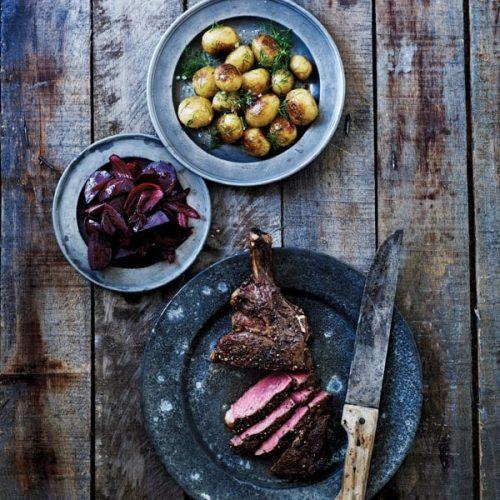 Dejlig peberstærk bøf med brasekartofler og aromatiske rødbeder. Foto Line Falck.