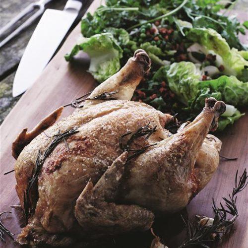 Herlig sommerret fra kokkene på Gl. Brydegaard på Fyn med sprød kylling, grøn salat, bacon, ærter og syltede perleløg. Foto Kam.